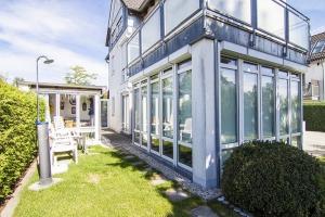 Neues Einfamilienhaus mit Garten, Wintergarten und Balkon