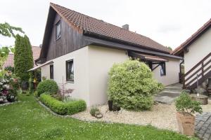 Außenansicht Einfamilienhaus mit schönem Garten